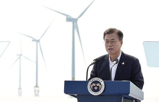 文在寅大統領が17日、全羅北道扶安郡(チョルラブクド・プアングン)に位置した西南圏海上風力実証団地で開かれた「韓国版ニューディール、グリーンエネルギー現場-風が吹く」行事で挨拶をしている。[写真 青瓦台]