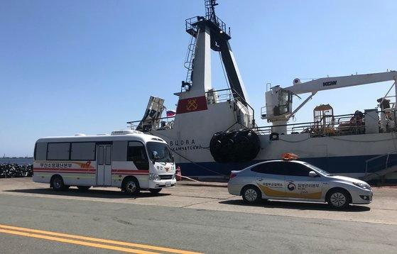 17日に釜山・甘川港で釜山消防災害本部がロシア船舶「レギュラー号」に乗っていた新型コロナウイルス感染者17人を移送している。[写真 釜山消防災害本部]