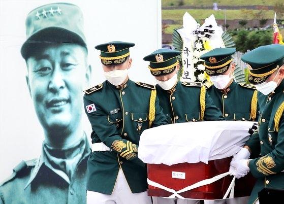 15日、国立大田顕忠院で、故白善ヨプ将軍の安葬式が厳かに執り行われた。陸軍儀仗隊が故白将軍の遺体を将軍第2墓地に運んでいる。フリーランサー キム・ソンテ