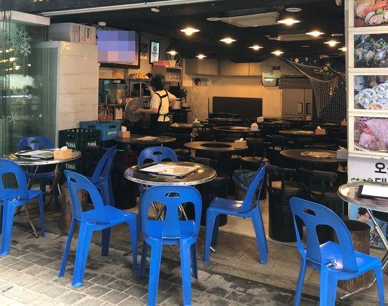 14日に訪れたソウル・明洞の自営業者店舗。昼休みなだが客が少なくひっそりとした雰囲気だった。写真は海産物食堂。ペ・ジョンウォン記者