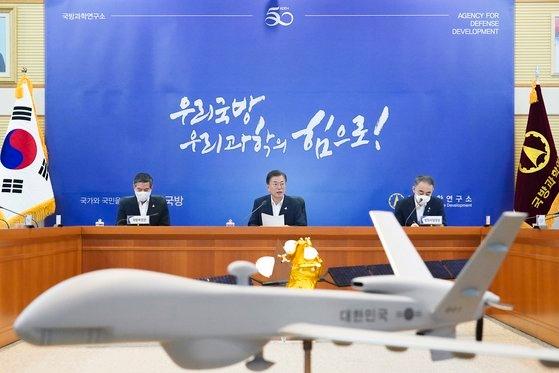 文在寅大統領が23日に大田の国防科学研究所を訪問し、現況報告に先立ち発言している。この日の行事は来月6日の国防科学研究所創設50周年を控え最先端兵器と軍事装備を視察し、自主国防に向けた兵器開発に邁進する研究陣の労をねぎらうために設けられた。[写真 韓国大統領府]