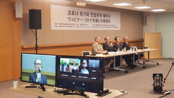 韓日市民社会の元老が25日、サマーセット・パレス・ソウルでテレビ会議を開いて強制徴用問題の解決法を探る必要があるということで意見を一致した。左から対話文化アカデミーのイ・サミョル理事長、李洪九元首相、崔相龍元駐日韓国大使、東アジア平和会議の李富栄運営委員長。[写真 東アジア平和会議]
