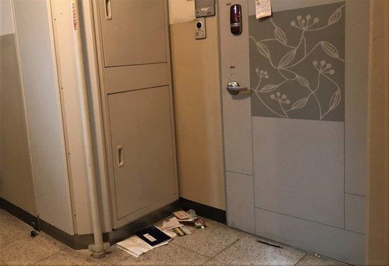 北朝鮮に再入国したと推定されるキム氏が住んでいたマンションのドアの前の様子。金浦=ムン・ヒチョル記者