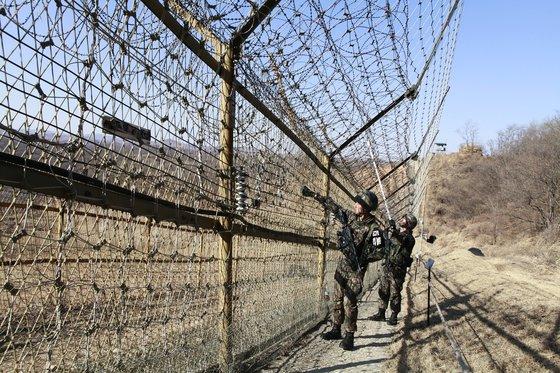 京畿道漣川地域前方GOPの鉄柵。鉄柵に白い網が細かく設置されている。[写真 韓国陸軍]