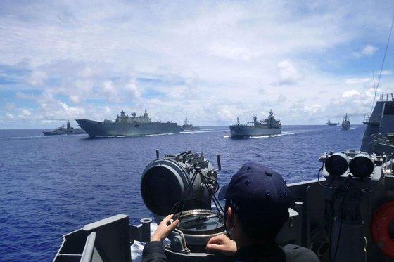 19日から21日まで南シナ海で行われた米海軍の訓練には日本とオーストラリアも参加し、米国の対中国圧力を後押しした。 [米海軍 ツイッター キャプチャー]
