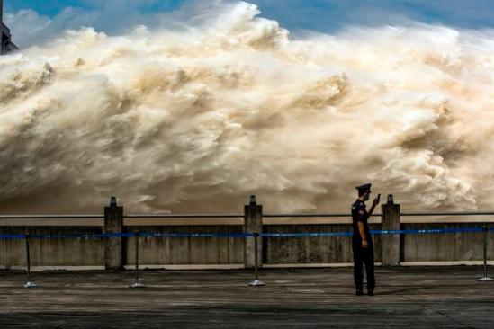 【写真】最近、三峡ダムが大量の水を放流している様子[写真 新華=連合ニュース]