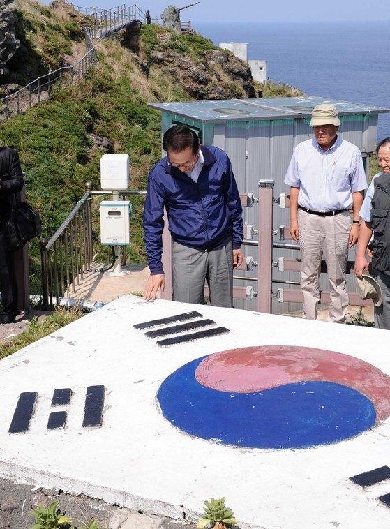 李明博元大統領が2012年8月10日、電撃的に独島を訪問した。独島を訪問した李大統領は駐留警備隊員を激励して周辺を視察した。[写真 共同取材団]