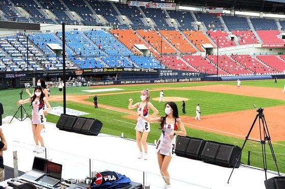 観衆の立ち入りが許容された26日、ソウル蚕室(チャムシル)球場で斗山(トゥサン)ベアーズとLGツインズの競技が行われている。イム・ヒョンドン記者