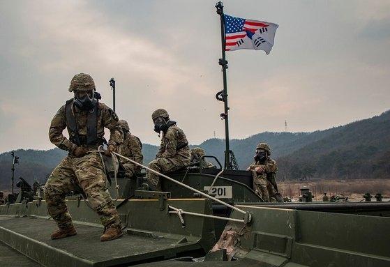 昨年2月に南漢江で行われた訓練で在韓米軍陸軍工兵隊員が川を渡るため浮き桟橋を設置している。[写真 米陸軍]