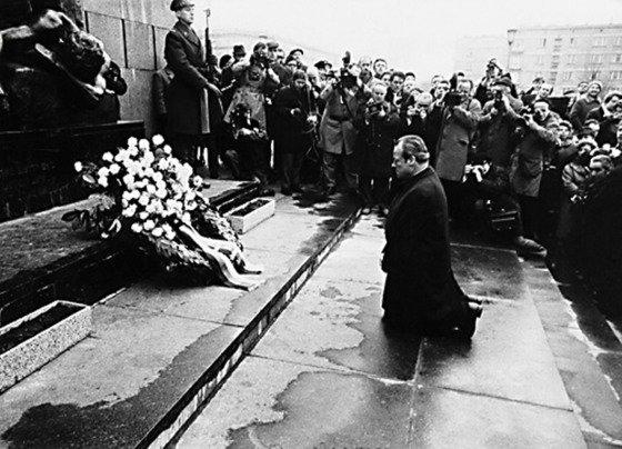 旧西ドイツのブラント元首相は1970年12月にポーランドのワルシャワにあるユダヤ人慰霊塔の前でひざまずいて謝罪した。[中央フォト]