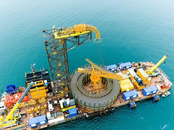 LS電線の海底光ケーブルが船舶に船積みされている。[写真 LS電線]