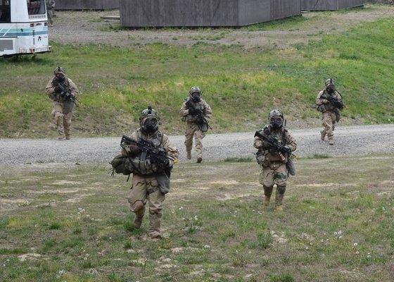 米国陸軍の第1歩兵師団所属の第1機甲旅団戦闘チームの将兵が、京畿道抱川(ポチョン)のロドリゲス射撃場で生物化学兵器訓練をしている。[米陸軍提供]