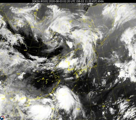 衛星から見た台風第4号の様子。韓半島南部から北上している。[写真 気象庁]