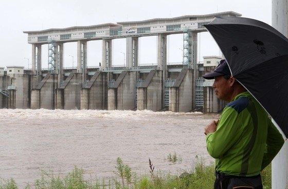 北朝鮮が3日、黄江(ファンガン)ダムの水を事前通報なく放流した。写真は2016年に北朝鮮が黄江ダムの水を放流した当時、郡南ダムで臨津江(イムジンガン)の水位を眺めている住民。[中央フォト]