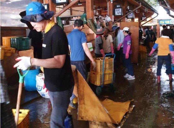 10日午前、復旧作業が進む慶尚南道河東郡の花開市場。[写真 河東郡]