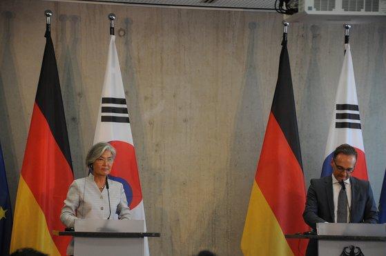康京和外交部長官とドイツのハイコ・マース外相が10日(現地時間)、ドイツ・ベルリンで開かれた「第2回韓独外相戦略対話」が終わった後、記者会見を行っている。[写真 外交部]
