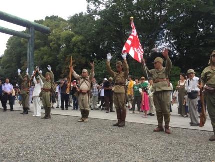 15日に靖国神社前で右翼団体会員らが旧日本軍の制服を来て万歳三唱をしている。ユン・ソルヨン特派員