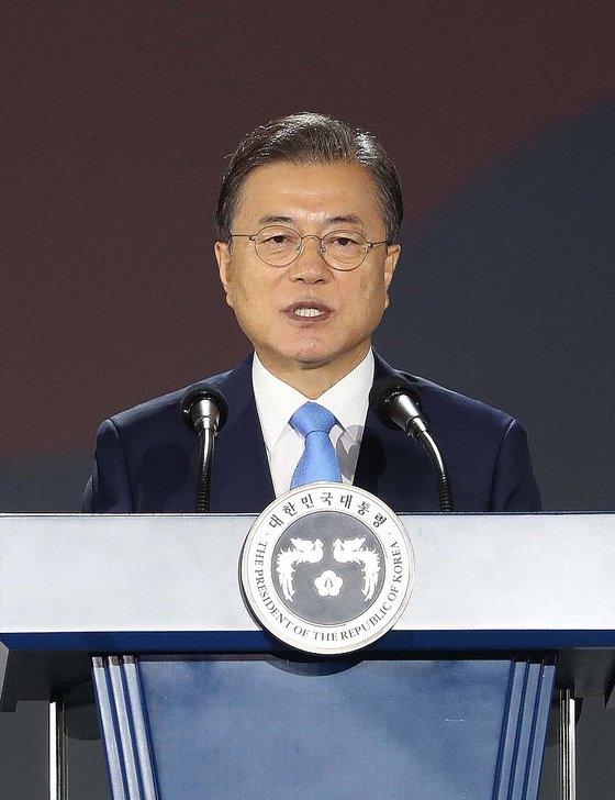 文在寅大統領が15日午前、ソウル、東大門デザインプラザで開かれた第75周年光復節慶祝式で演説している。[青瓦台写真記者団]
