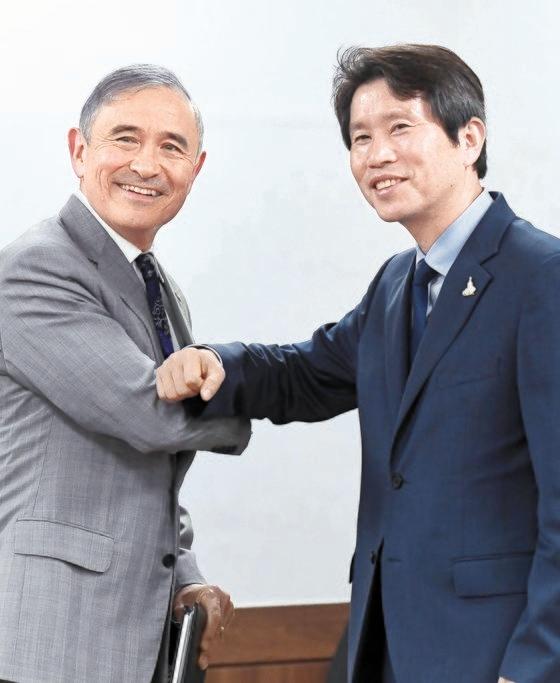 李仁栄(イ・インヨン)統一部長官(右)が18日、政府ソウル庁舎で、就任後初めてハリス駐韓米国大使に会い、あいさつしている。キム・サンソン記者