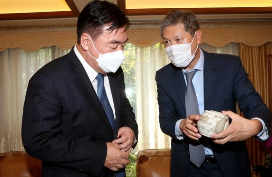 19日、ケイ海明大使(左)がソウル延禧洞の盧泰愚元大統領の自宅を訪問した。盧元大統領の息子ノ・ジェホン氏が盧元大統領の署名が書かれた茶器をプレゼントしている。チェ・チョンドン記者