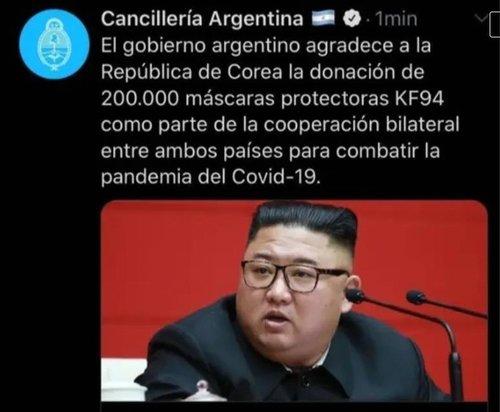 「韓国のマスク寄贈に感謝する」とするメッセージに北朝鮮の金正恩委員長の写真を添えたアルゼンチン外務・宗務省の1回目のツイート。現在は写真が差し替えられて別のものになっている。[写真 SNS キャプチャー]