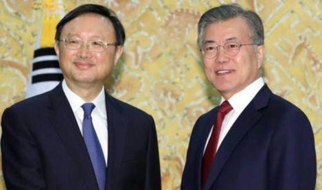 文在寅大統領(右)が2018年3月、青瓦台で習近平中国国家主席の特使として訪韓した楊潔チ政治局委員と握手を交わしている。[写真 青瓦台写真記者団]