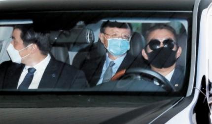 21日、釜山金海国際空港に到着した中国の楊潔チ共産党政治局員(真ん中)が車に乗って空港を出ている。楊氏は22日に徐薫(ソ・フン)国家安保室長と会談する予定。 ソン・ボングン記者