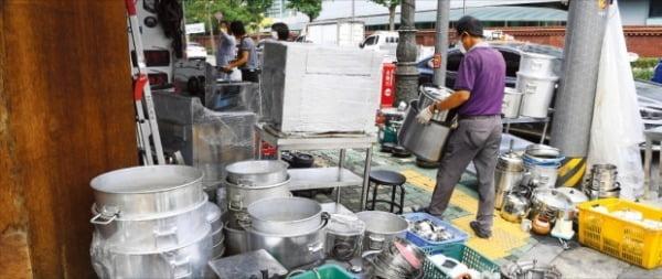 新型コロナの再拡大で飲食店やカラオケボックスの経営者の苦痛が深刻になっている。26日、ソウル黄鶴洞(ファンハクドン)厨房家具通りでは廃業した飲食店の厨房機器が積まれている。 カン・ウング記者