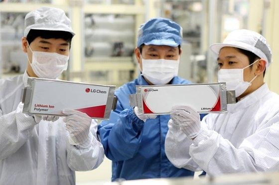 LG化学の職員がリチウムイオンバッテリーを確認している。[写真 LG化学]