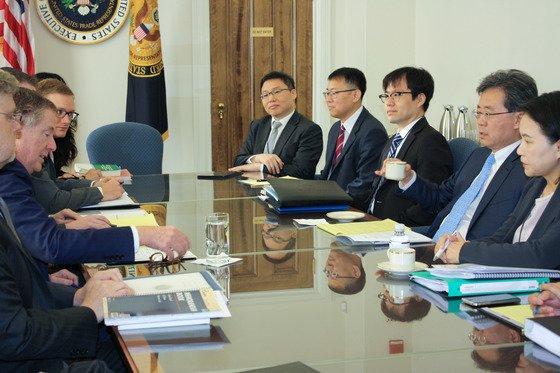 2017年、当時の金鉉宗(キム・ヒョンジョン)通商交渉本部長(右から2人目)とライトハイザーUSTR)代表(左から2人目)が米ワシントンで第2回韓米自由貿易協定(FTA)共同委員会特別会期会議を開いた。金本部長の左側に兪明希(ユ・ミョンヒ)現本部長の姿も見える。[写真提供=産業通商資源部]