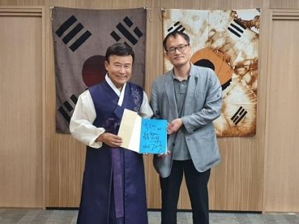 金元雄(左)光復会長と朴柱民「共に民主党」議員。[写真 朴柱民議員室]