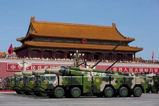 2015年9月3日の中国戦勝節閲兵式で各種先端軍事装備が公開された。「空母キラー」として知られる対艦弾道ミサイル「東風-21D」を積んだ車の列が天安門前を通過している。[中央フォト]