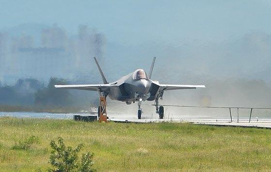 先月31日、清州(チョンジュ)空軍基地に配備された空軍のF-35Aステルス戦闘機が、訓練を終えて滑走路に着陸している。韓国空軍は今年2月までに16機のF-35Aを導入した。来年までに計40機のF-35Aステルス戦闘機導入を終える計画という。[フリーランサー キム・ソンテ提供]
