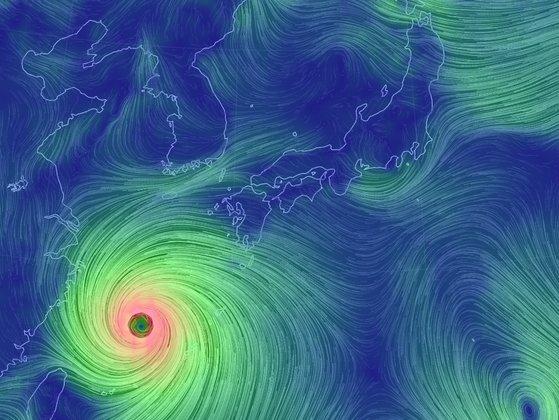 台風9号は1日午前9時基準で中心気圧935ヘクトパスカルの非常に強い台風に発達した。暖かい海水からエネルギーを吸収して発達しながら北上し、1日夜に済州島から影響圏に入るものとみられる。[資料 気象庁]