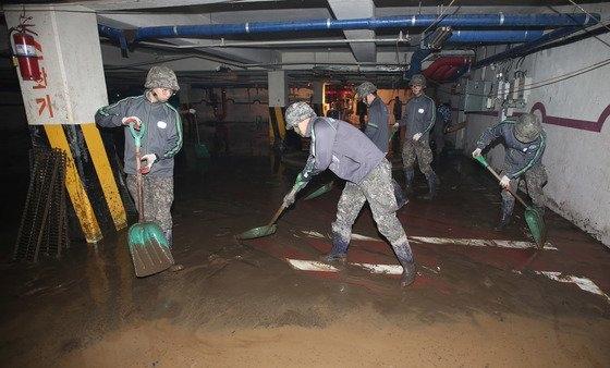2016年10月9日、台風18号の影響で被害が発生した慶尚南道梁山のマンションの地下駐車場で住民と公務員、軍人が復旧作業をしている。 中央フォト