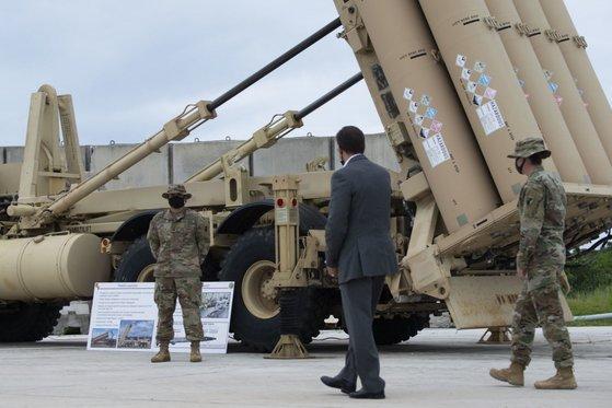 マーク・エスパー米国防長官(右から2番目)が先月29日、グアムのアンダーセン空軍基地に配備されたTHAAD体系を見ている。このTHAAD体系は慶北星州に配備されたTHAAD(高高度ミサイル防衛)体系と同じだ。[写真 米国防総省画像配信システム(DVIDS)のホームページ]