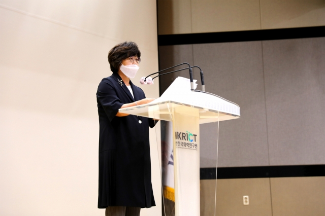 化学研究院のイ・ミヘ院長が1日開かれた第44周年創立記念式で記念演説をしている。[写真 韓国化学研究院]