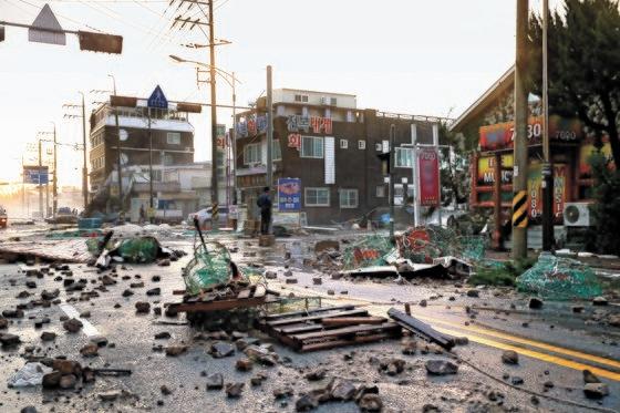 台風9号「MAYSAK」が韓国を通過した3日、慶尚北道浦項九龍浦近隣の道路に、台風によって飛ばされてきた漁具や石が散乱している。[写真 浦項市]