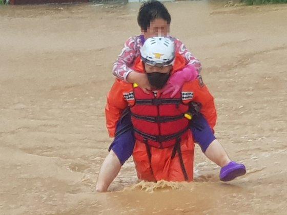台風10号が北上する中、7日午前、慶尚北道慶州市見谷面で、洪水で孤立した高齢者が救助隊員に救助されている。 慶州消防署