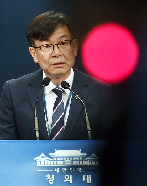 青瓦台(韓国大統領府)の金尚祖政策室長が6月21日に日本の素材・部品・装備輸出規制への対応と不動産対策、韓国版ニューディール、追加補正予算などに関する発表をしている。[写真 青瓦台写真記者団]