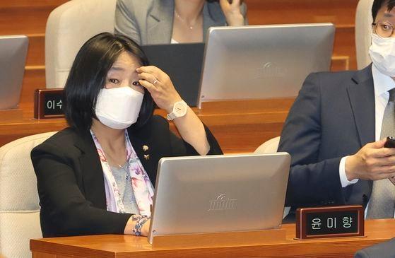 与党「共に民主党」の尹美香(ユン・ミヒャン)議員が6月29日、国会本会議で野党「未来統合党」の議員が参加しない中で開かれた常任委員長選挙に出席している。イム・ヒョンドン記者