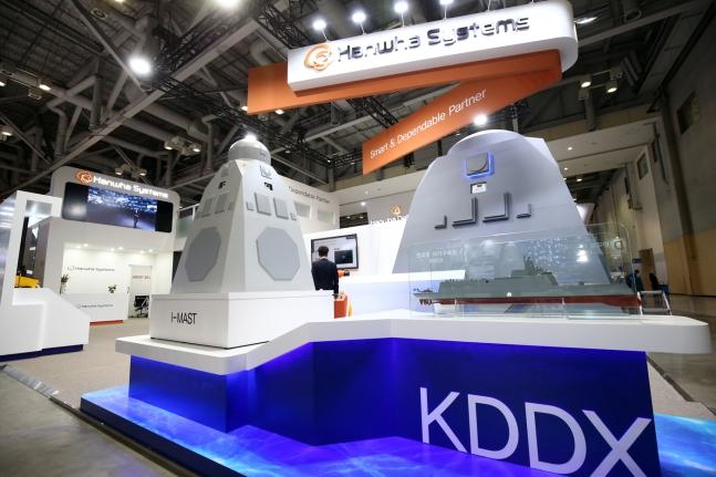 2019年10月に釜山BEXCOで開催された「国際海洋防衛産業展(MADEX2019)」でハンファシステムが展示した「KDDX統合マスト(IMAST)(ハンファシステム提供)