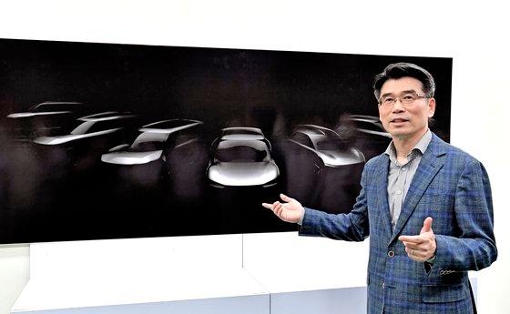 起亜自動車の宋虎声社長が15日に華城工場で未来電気自動車戦略を明らかにしている。[写真 起亜自動車]