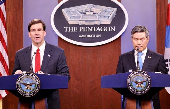 今年2月24日(現地時間)、米ワシントンのペンタゴン(米国防総省庁舎)で開かれた韓米国防長官の会見。この日、エスパー長官は「防衛費増額は米国の同盟全般に対する最優先課題」と述べた。[チョン・ヒョシク特派員]