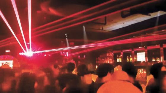20日午前2時30分、ソウル江南区論硯洞にあるラウンジバー内部の風景。レーザー照明がきらびやかに光る中、20~30代の入場者が立って踊っている。彼らは2メートル(社会的距離の確保)を守らず、職員を含め半数以上がマスクを着用していなかったという。[写真 読者]
