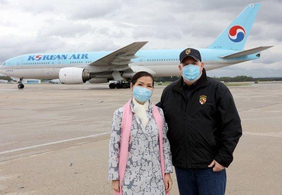 米メリーランド州のラリー・ホーガン知事(右)が妻のユミ・ホーガン夫人とともに空港で韓国診断キットを迎えている。[写真 ラリー・ホーガン州知事ツイッターキャプチャー]