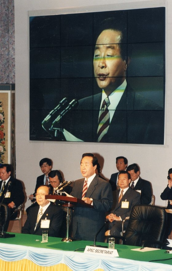 韓国の金泳三大統領が1995年、ソウルのホテル新羅で開かれたアジア太平洋地域情報・通信産業長官会議の開幕式に出席して、歓迎の挨拶を述べている。[中央フォト]
