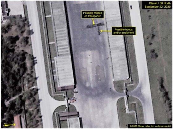 米国の北朝鮮専門ウェブサイト「38ノース」が22日に公開した平壌美林飛行場の衛星写真。来月10日の党創建75周年記念閲兵式の準備が進められていると推定される中で大陸間弾道ミサイル(ICBM)移動式発射台(TEL)の可能性がある物体が捕捉された。[写真 38ノースキャプチャー]