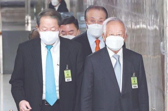 韓国経営者総協会の孫京植(ソン・ギョンシク、写真右)会長が23日に与野党指導部と会い企業規制3法に対する懸念を表明した。