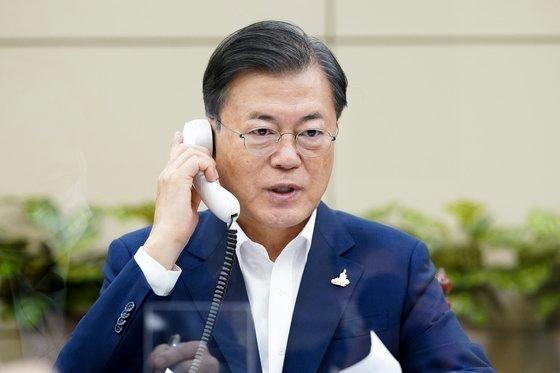文在寅大統領が24日、青瓦台で日本の菅義偉首相と電話会談をしている。[写真 青瓦台]